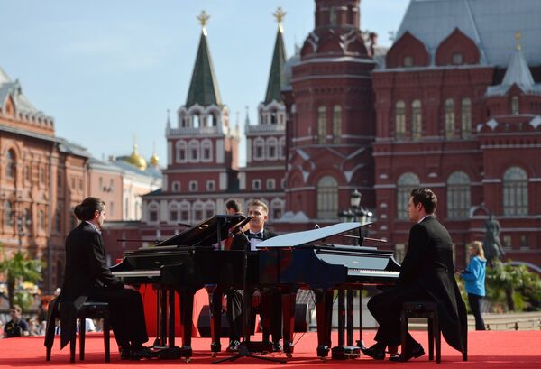 Выступление артистов во время мероприятий в рамках празднования 1000 дней до ЧМ-2018 в России