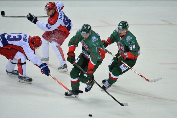 Хоккеисты ЦСКА Роман Любимов, Игорь Макаров и хоккеисты Ак Барса Маттиас Шёгрен и Дамир Мусин (слева направо)