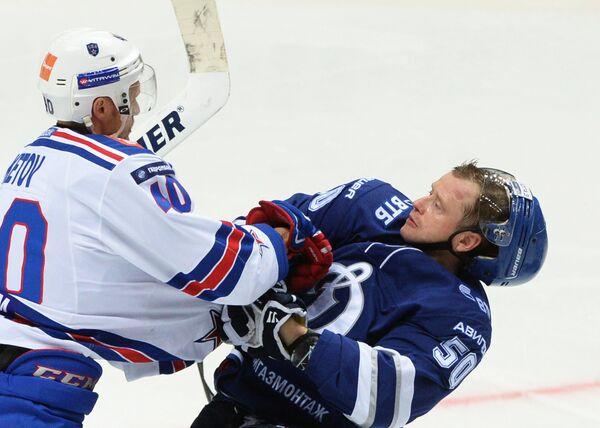 Форвард СКА Евгений Кетов (слева) и защитник Динамо Максим Соловьёв