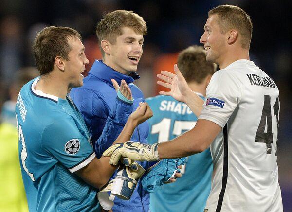 Футболисты ЗенитаАртём Дзюба (слева) и Михаил Кержаков (справа)