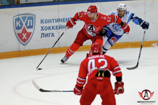 Игровой момент матча Автомобилист - Динамо (Минск)