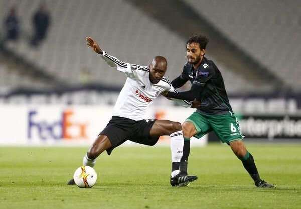 Игровой момент матча между турецким Бешикташем и португальским Спортингом