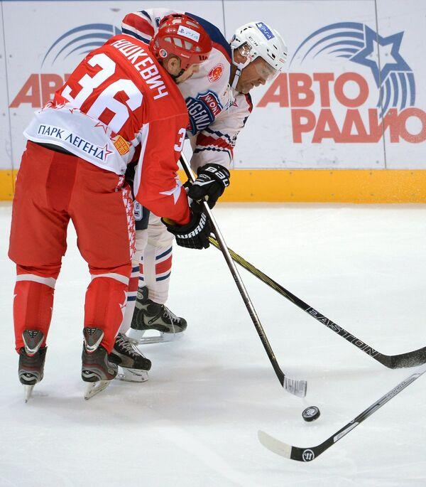 Игрок ХК Легенды хоккея Дмитрий Юшкевич (слева) в гала-матче Легенды принимают вызов между сборной Лиги Легенд и ХК Легенды хоккея