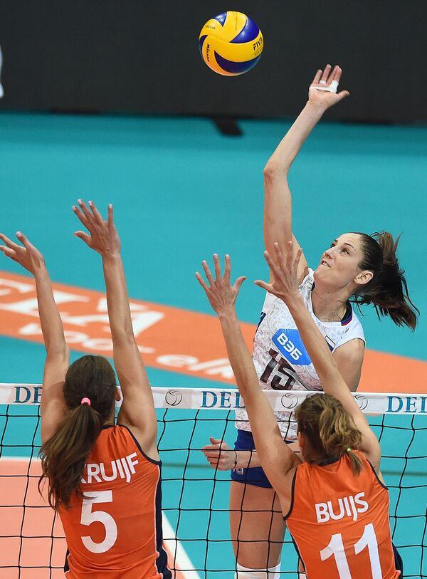 Доигровщица сборной России по волейболу Татьяна Кошелева (на втором плане)