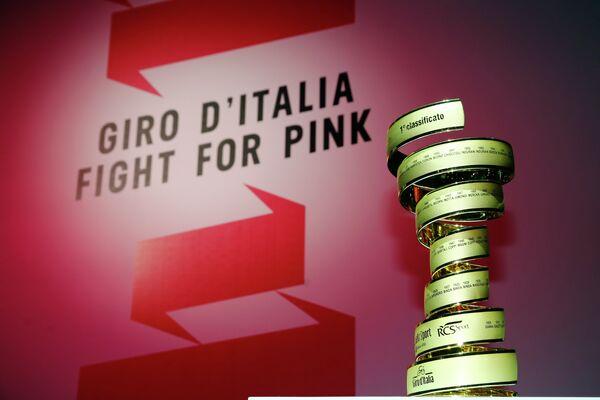 Главный трофей Джиро д'Италия на презентации нового маршрута веломногодневки
