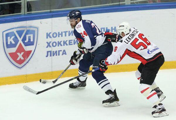 Защитник ХК Торпедо Александр Фролов (слева) и защитник ХК Авангард Иван Лекомцев