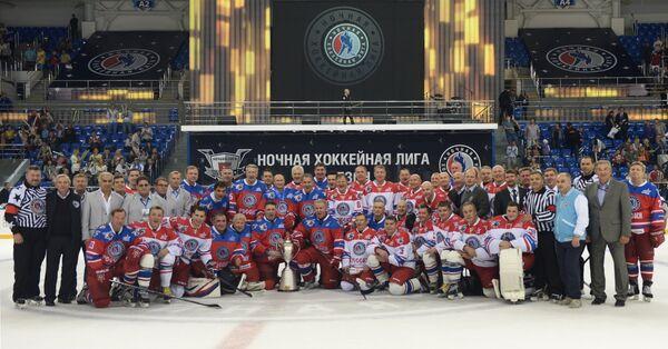 Президент РФ Владимир фотографируется с участниками матча между сборной командой чемпионов Ночной хоккейной лиги (НХЛ) и сборной Правления и почетных гостей Ночной хоккейной лиги (НХЛ