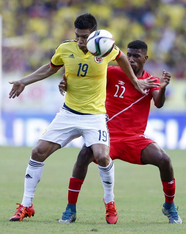 Нападающий сборной Колумбии по футболу Теофило Гутьеррес (слева)