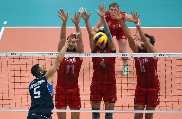Игровой момент матча ЧЕ по волейболу между сборными Италии и России