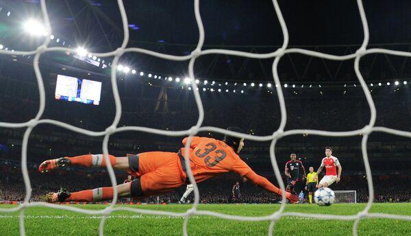 Вратарь Арсенала Петр Чех в матче против Баварии
