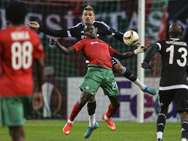Нападающий Локомотива Байе Умар Ниассе (в центре на первом плане) и защитник Бешикташа Эрсан Адем Гюлюм