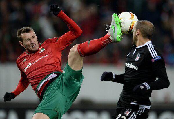 Защитник Локомотива Ян Дюрица (слева) и хавбек Бешикташа Дженк Тосун