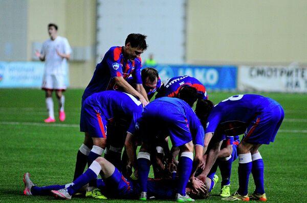 Футболисты Енисея радуются забитому голу