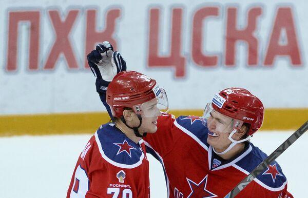 Форварды ЦСКА Максим Мамин (слева) и Никита Квартальнов