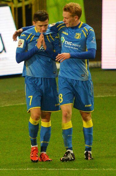 Игроки ФК Ростов Дмитрий Полоз (слева) и Павел Могилевец радуются забитому голу