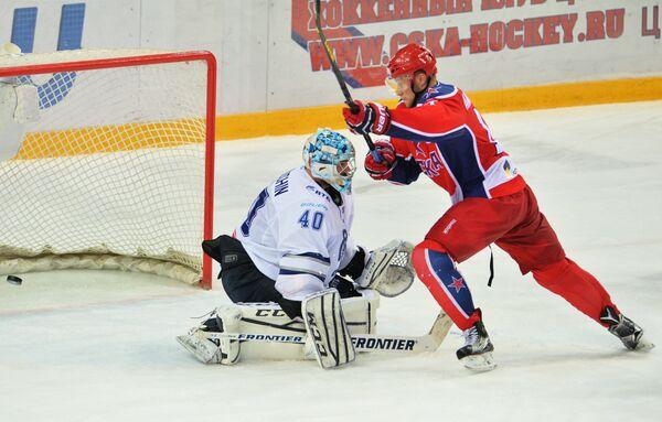 Вратарь Динамо Александр Лазушин (слева) и форвард ЦСКА Сергей Андронов
