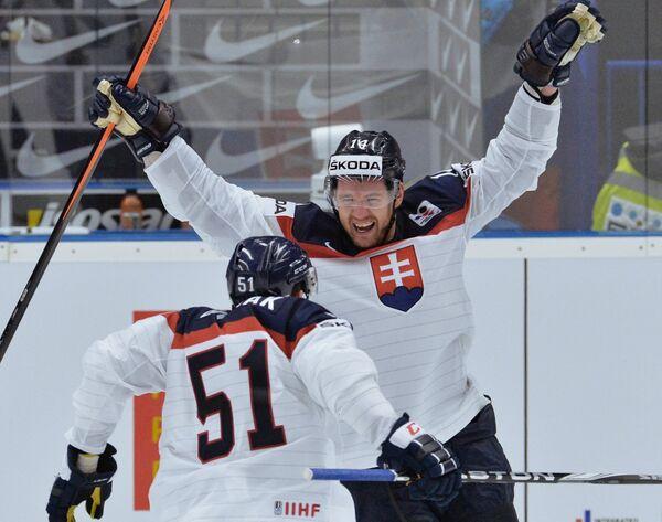 Хоккеист сборной Словакии Андрей Месарош (справа)