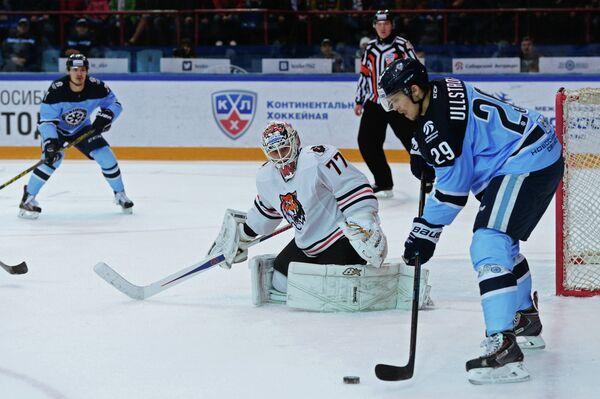 Нападающий Сибири Давид Улльстрём и вратарь Амура Юха Метсола (справа налево)