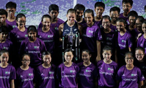 Полька Агнешка Радваньская с главным трофеем женского итогового турнира WTA в Сингапуре