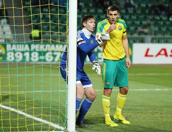 Вратарь Кубани Александр Беленов (слева) и защитник Кубани Игорь Армаш