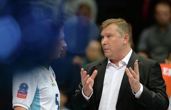 Пасующий Динамо Сергей Гранкин (слева) и главный тренер Динамо Олег Антонов