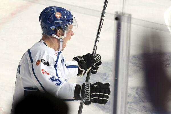 Защитник сборной Финляндии Лассе Кукконен радуется заброшенной шайбе