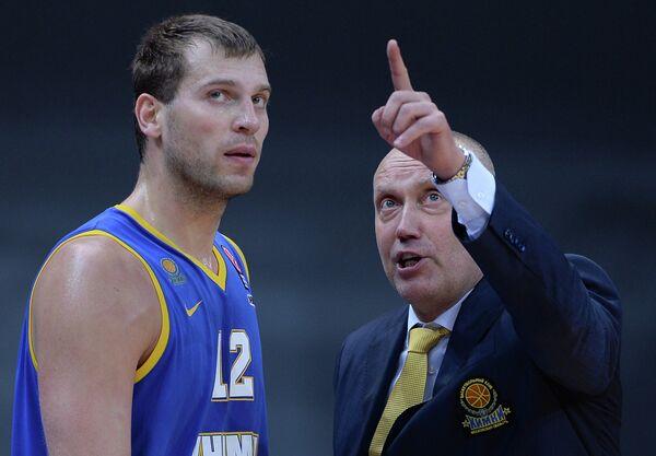 Защитник БК Химки Сергей Моня (слева) и главный тренер БК Химки Римас Куртинайтис