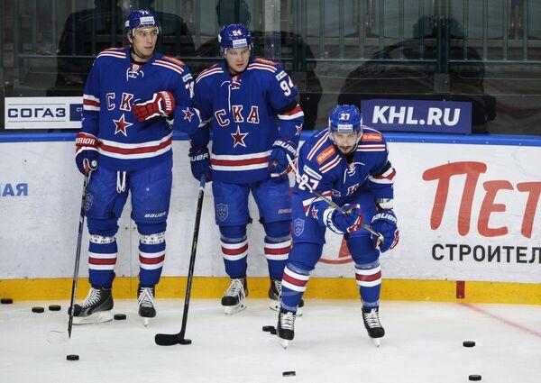Хоккеисты СКА Антон Бурдасов, Александр Барабанов и Вячеслав Войнов (слева направо)