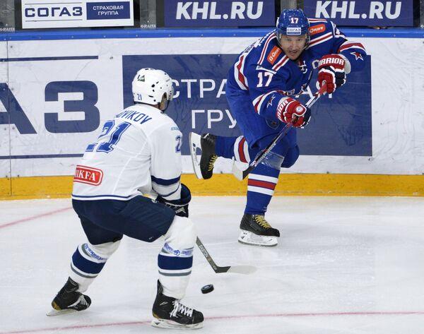 Нападающий Динамо Константин Горовиков (слева) и нападающий СКА Илья Ковальчук