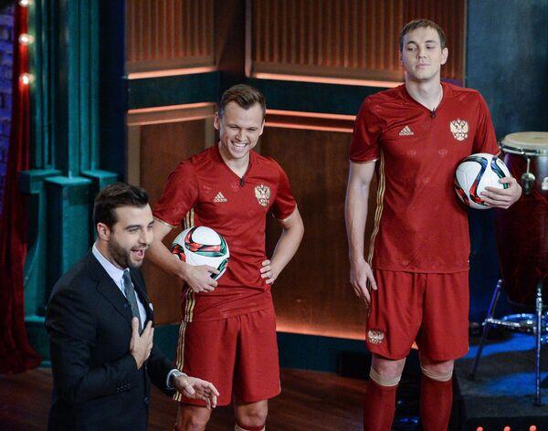 Телеведущий Иван Ургант, игроки сборной России Денис Черышев, Артём Дзюба (слева направо)