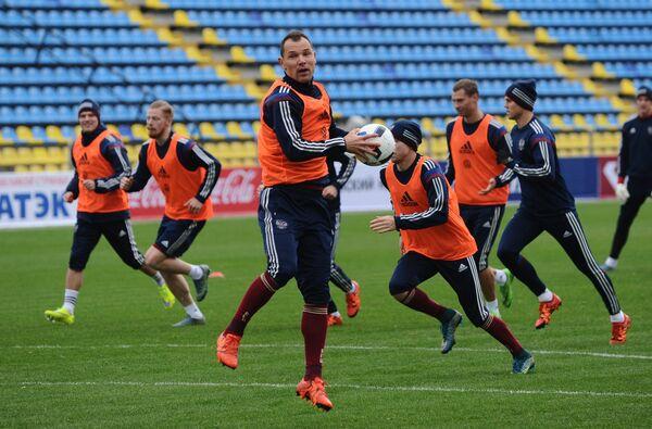 Защитник сборной команды России по футболу Сергей Игнашевич (в центре на первом плане)