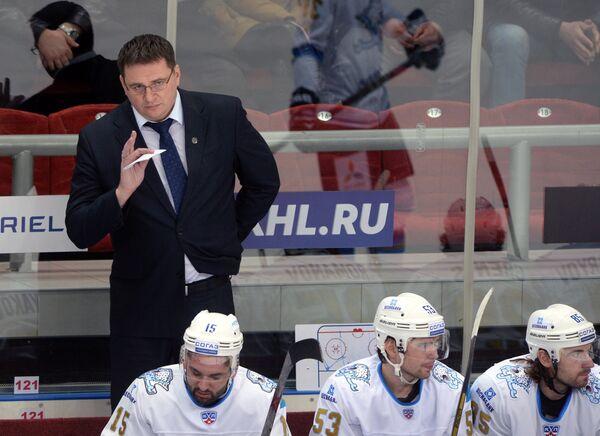Главный тренер Барыса Андрей Назаров (слева на втором плане)