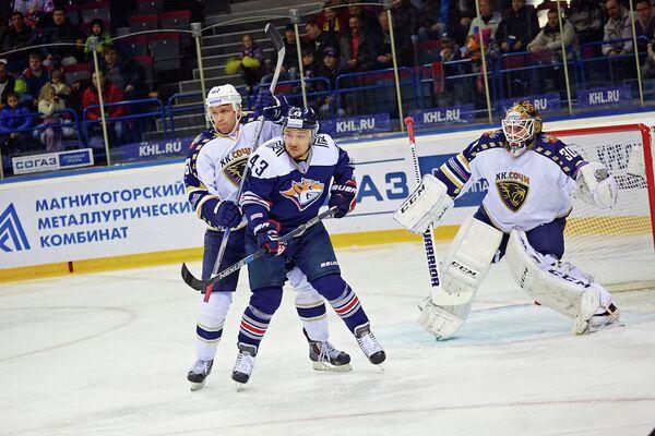 Нападающий Сочи Дмитрий Казионов и нападающий Металлурга (Магнитогорск) Ян Коварж (слева направо)