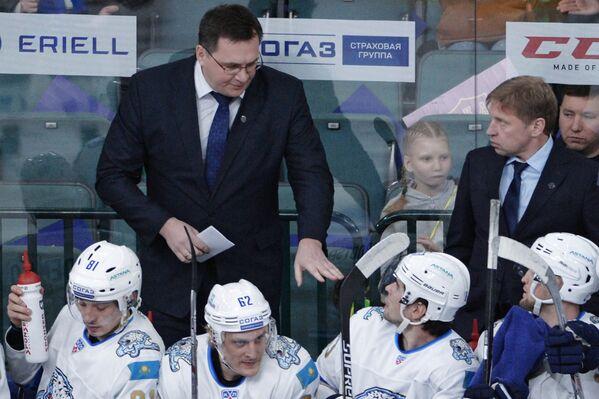 Главный тренер Барыса Андрей Назаров (второй слева)