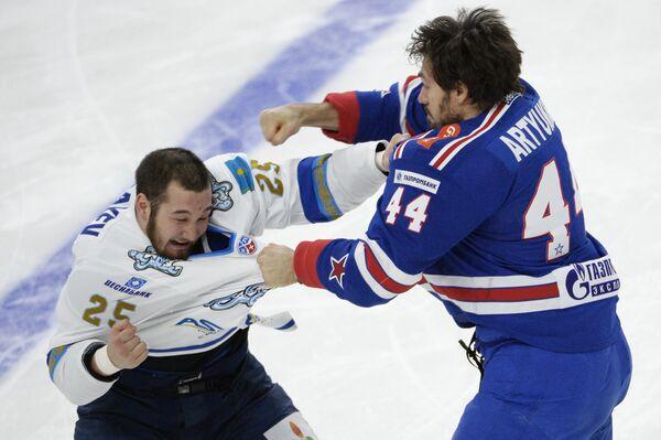 Нападающий СКА Евгений Артюхин (справа) и защитник Барыса Дамир Рыспаев