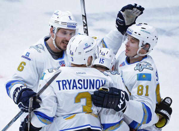 Хоккеисты Барыса Китон Эллерби (слева) и Константин Пушкарёв (справа) радуются заброшенной шайбе