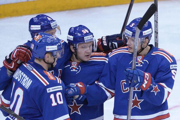 Хоккеисты СКА Роман Рукавишников, Александр Барабанов (справа налево) радуются заброшенной шайбе