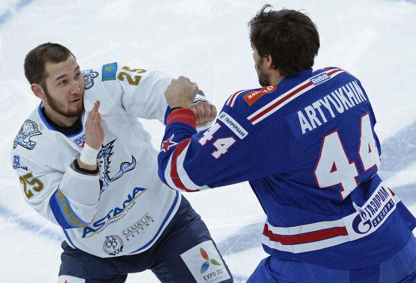 Форвард СКА Евгений Артюхин (справа) и защитник Барыса Дамир Рыспаев