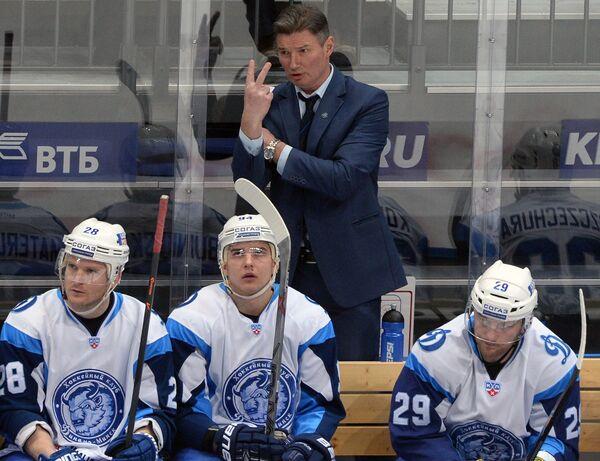 Андрей Ковалев (в центре на заднем плане)