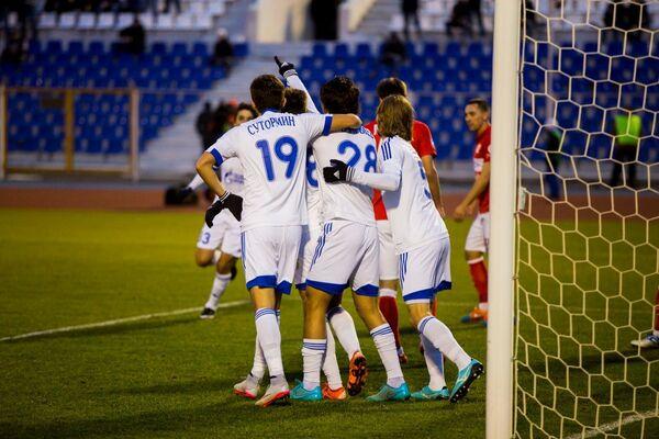 Футболисты Волгаря радуются забитому голу
