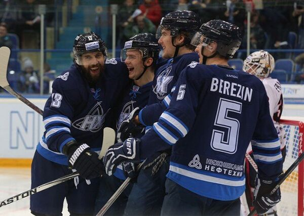 Хоккеисты Нефтехимика радуются заброшенной шайбе в ворота Трактора