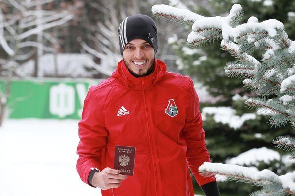 Вратарь ФК Локомотив Маринато Гилерме показывает свой российский паспорт