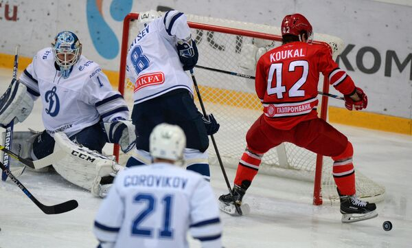 Игровой момент матча Автомобилист - Динамо (Москва)