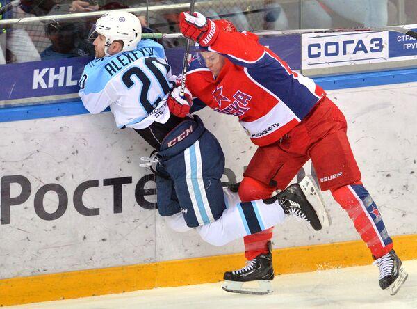 Защитник ХК СибирьКонстантин Алексеев (слева)