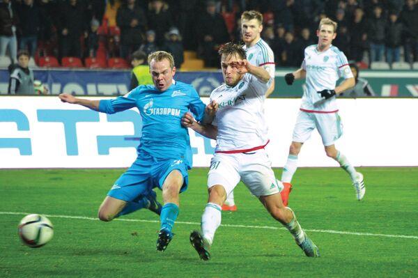 Защитник ФК Зенит Александр Анюков (слева) и хавбек ФК Терек Мацей Рыбус