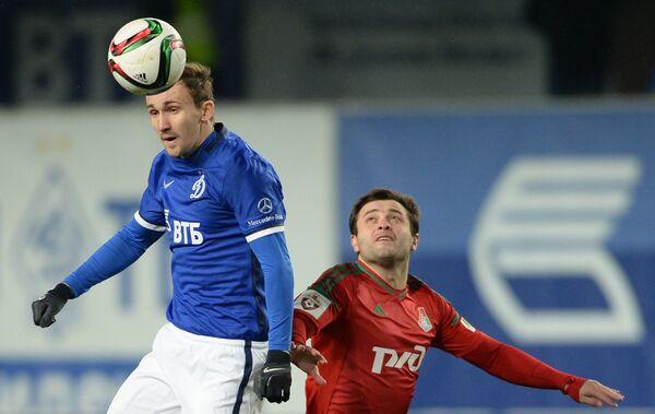Защитник Динамо Алексей Козлов (слева) и полузащитник Локомотива Алан Касаев