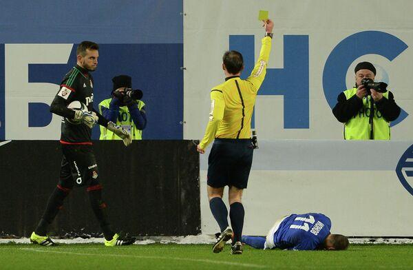 Вратарь Локомотива Маринато Гилерме (слева)