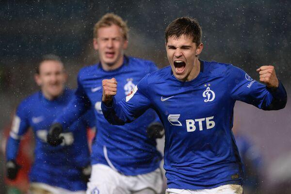 Футболисты Динамо Роман Зобнин, Николай Обольский (справа налево) радуются забитому мячу