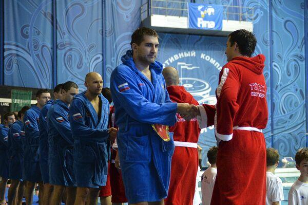Ватерполисты России и Турции перед началом матча Мировой лиги по водному поло