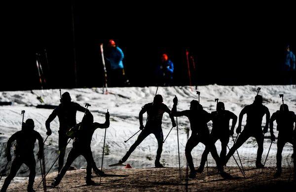 Спортсмены на дистанции индивидуальной гонки среди мужчин на первом этапе Кубка мира по биатлону сезона 2015/16 в шведском Эстерсунде